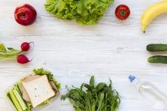 Lunchask och uppsättning av ingredienser för framställning av skolalunch: vegeta royaltyfria foton