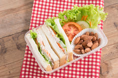 Lunchask, tonfisksmörgåsar med mandeln arkivbilder