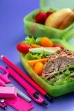Lunchaskar med den nya sunda andra frukosten arkivfoto