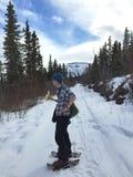 Lunchavbrott, medan snowshoeing i Alaska Fotografering för Bildbyråer