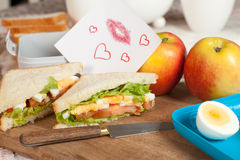 Lunchbox mit Liebesanmerkung Stockfotografie