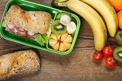 Lunchbox på trätabellen Royaltyfri Fotografi