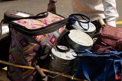 Lunchboxes bereiten vor, an Bestimmungsort geliefert zu werden: dabbawala servicxe in Churchgate-Station, Mumbai lizenzfreies stockbild