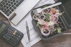Lunchdoos in bureau Royalty-vrije Stock Fotografie