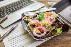 Lunchdoos in bureau Royalty-vrije Stock Foto's