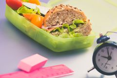 Lunchdozen met vers gezond tweede ontbijt stock afbeeldingen