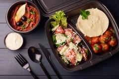 Lunchdozen met voedsel klaar om voor het werk of school te gaan, of het op dieet zijn concept, fijngestampte aardappels met vlees stock fotografie