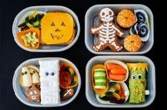 Lunchdozen voor kinderen in de vorm van monsters voor Halloween stock foto's