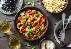 Lunchlijst Geroosterde kip met olijven en paprika's, deeg, witte wijn op donkere achtergrond, hoogste mening royalty-vrije stock foto