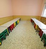 Lunchroom z stołami i małymi krzesłami dla dzieci Zdjęcia Royalty Free