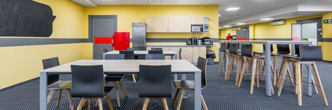 Lunchroominre med pentryt, panorama arkivfoto