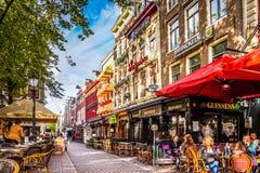 Lunchtijd op één van de vele terrassen in Leidseplein, in het centrum van Amsterdam Stock Foto
