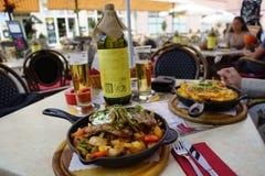 Lunchtime i ett kafé Royaltyfria Foton