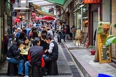 Lunchtimematställear i gatakaféer i Hong Kong arkivbilder