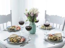 Lunchu czas w białej kuchni Zdjęcie Stock