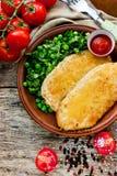 Lunchu naczynie - kurczaka serowy schnitzel z sałata zielonych grochy sa Fotografia Stock