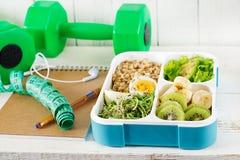 Lunchu pudełko z gotowanymi jajkami, oatmeal, avocado, mikro zieleniami i owoc, obraz stock
