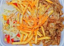 Lunchu pudełko: kebabs, dłoniaki i świeża sałatka w tacy, Zakończenie na stole Niezdrowy karmowy pojęcie Fotografia Royalty Free