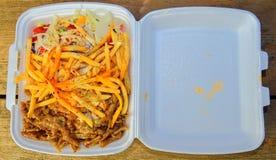 Lunchu pudełko: kebabs, dłoniaki i świeża sałatka w tacy, Zakończenie na stole Niezdrowy karmowy pojęcie Obrazy Stock
