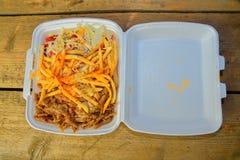 Lunchu pudełko: kebabs, dłoniaki i świeża sałatka w tacy, Zakończenie na stole Niezdrowy karmowy pojęcie Zdjęcie Royalty Free