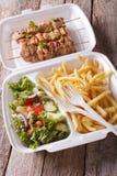 Lunchu pudełko: kebabs, dłoniaki i świeża sałatka w tacy zakończeniu, Verti Zdjęcia Stock