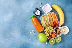 Lunchu pudełko z warzywami, owoc i kanapką dla zdrowej przekąski na stołowym odgórnym widoku, tylna koncepcji do szkoły zdjęcie royalty free
