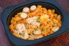 lunchvakje de reeks van beweegt gebraden Macaroni met ketchup op houten lijst stock foto's