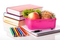 Lunchvakje en boeken Stock Foto's