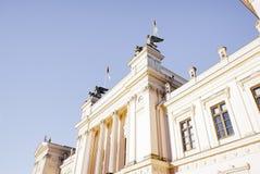 Lund universitethuvudbyggnad mot blå himmel Arkivbild