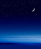 Lune au-dessus d'océan Photo stock
