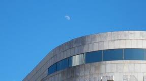 Lune au-dessus d'un bâtiment Photographie stock