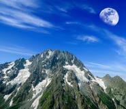 Lune au-dessus d'une roche Images stock