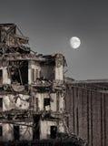 Lune au-dessus de destruction photos stock