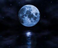 Lune au-dessus de l'eau Images stock