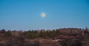 Lune au-dessus de la forêt en automne Image stock