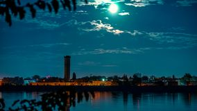 Lune au-dessus de laps de temps urbain de lac banque de vidéos