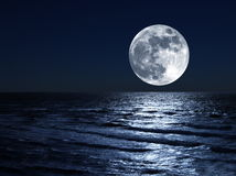 Lune au-dessus de mer Photo stock