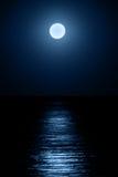 Lune au-dessus de mer Photographie stock libre de droits