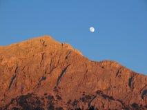 Lune au-dessus de montagne stérile Image libre de droits