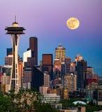 Lune au-dessus de Seattle images libres de droits
