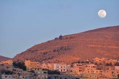 Lune au-dessus de Wadi Musa, Jordanie Photo libre de droits