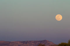 Lune au-dessus des falaises de livre Photographie stock libre de droits