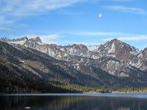 Lune au-dessus des lacs jumeaux photo stock