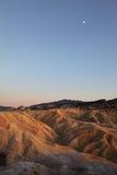 Lune au-dessus des ondes de sable Photos libres de droits
