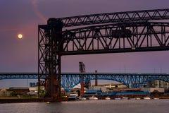 Lune au-dessus des ponts Photo stock