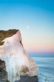 Lune au-dessus des sept soeurs - le Sussex, Angleterre Photo stock