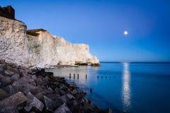 Lune au-dessus des sept soeurs - le Sussex, Angleterre Photo libre de droits