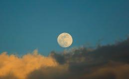 Lune blanche au-dessus des nuages orageux Photo stock