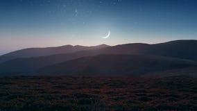 Lune d'arrangement au-dessus des montagnes banque de vidéos