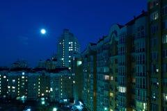 Lune dans le ciel nocturne au-dessus de la ville Images libres de droits
